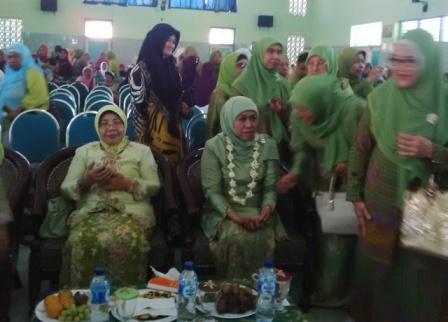 Khofifah Hadiri Pelantikan Muslimat NU Probolinggo