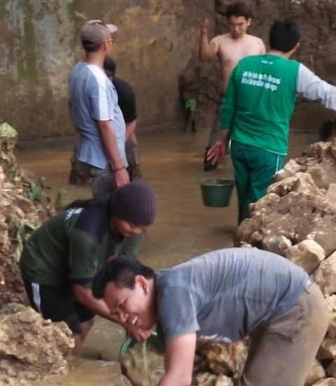LPBI NU Pati dan Ansor Bersihkan Lumpur Bekas Banjir di Sukolilo