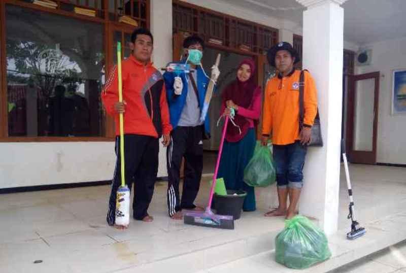 Banjir Surut, Relawan Muda NU Bersih-bersih Tempat Ibadah Muslim dan Nonmuslim