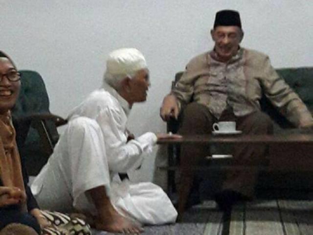 Ketawadhuan Gus Mus, Duduk Bersimpuh di Bawah Quraish Shihab