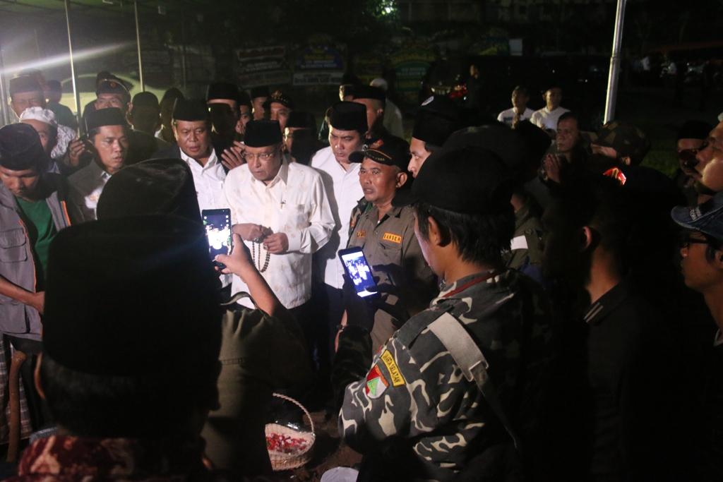 Kiai Said Pimpin Tahlil di Makam Kiai Hasyim Muzadi