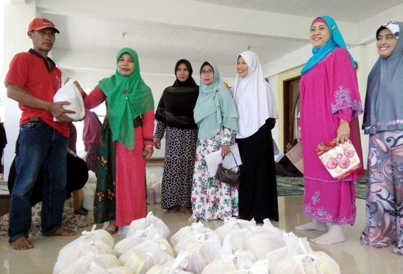 Akhir Ramadhan, Ibu-ibu Pengajian Bagikan 200 Paket Sembako