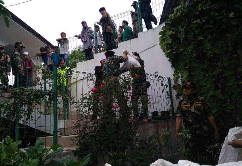 Banser Bogor Kawal Pemakaman Jenazah Nyai Masturah Idham Khalid