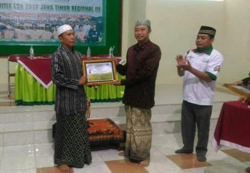 Kesebelasan Pesantren Nurul Jadid Terima Trofi Juara LSN Regional III Jatim