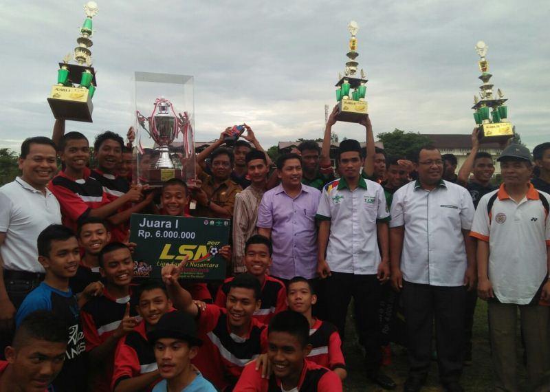 Kesebelasan Ruhul Islam Anak Bangsa Juara Liga Santri Aceh I