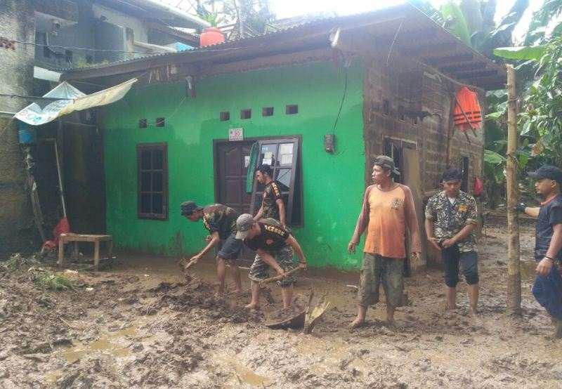 Banser Jagakarsa Evakuasi Rumah Terdampak Banjir