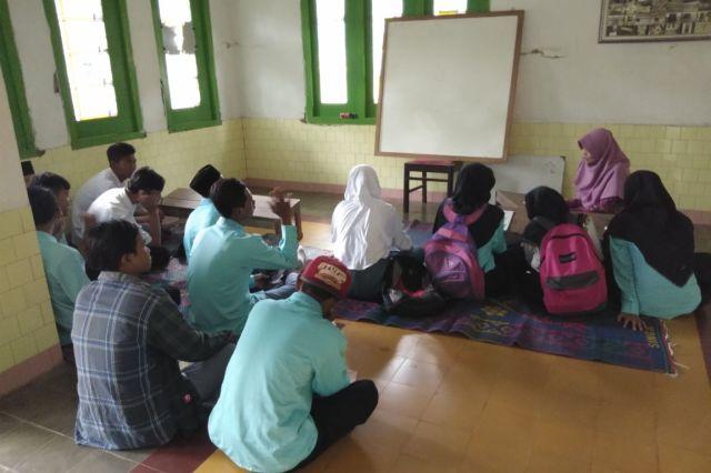 Kondisi Sekolah Belum Normal, MANU Losari Gelar KBM di Rumah Warga