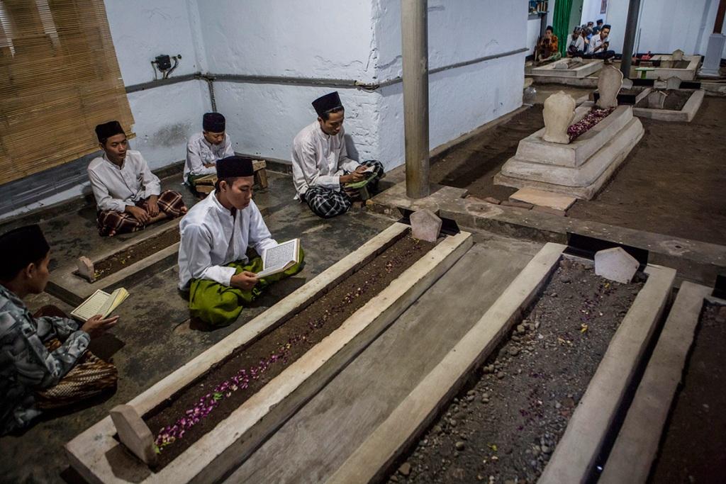 Hukum Menunda Pemakaman Jenazah karena Tunggu Kelengkapan Keluarga