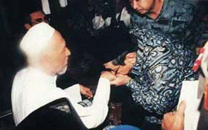 Tradisi Sungkeman saat Lebaran Menurut Hukum Islam