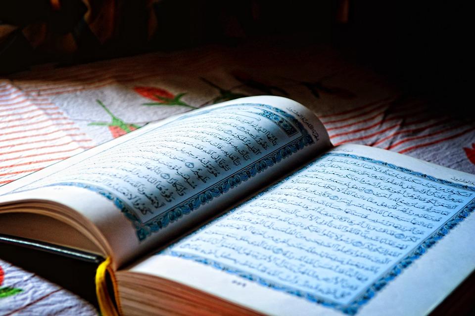 Lebih Baik Baca Al-Qur'an dengan Suara Keras atau Pelan?