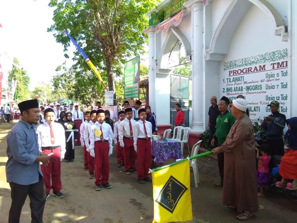Sejumlah Pengasuh Pesantren di Bangkalan Meriahkan Gerak Jalan