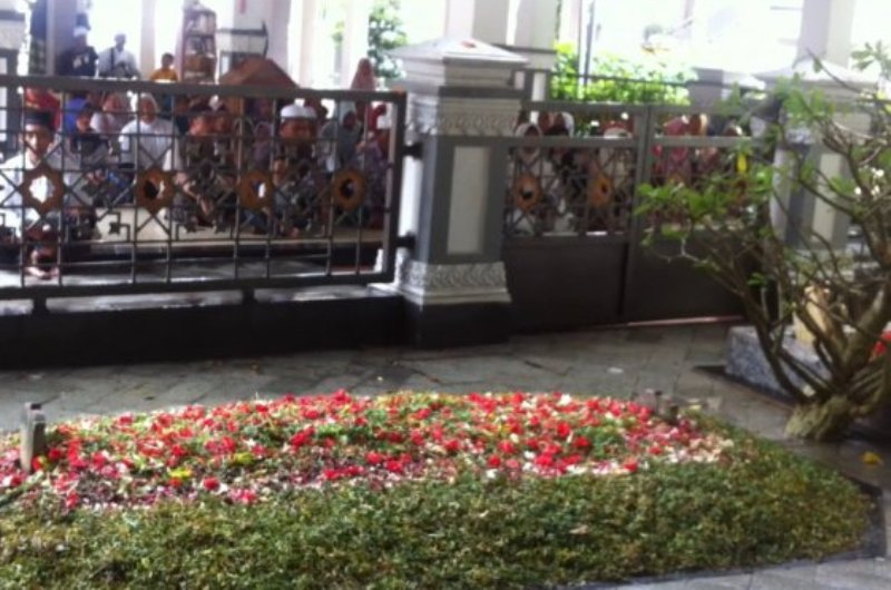 Hukum Menabur Bunga di Kubur setelah Pemakaman