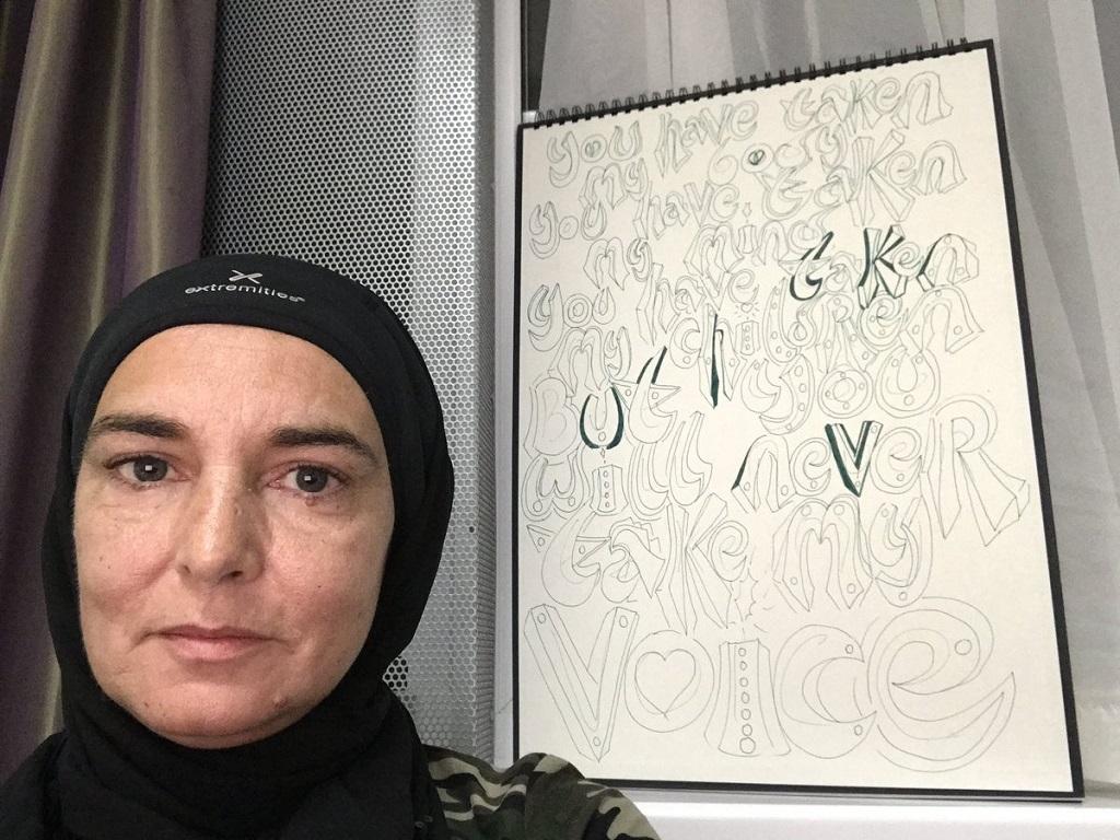 Masuk Islam, Sinead O'Connor Kenakan Jilbab
