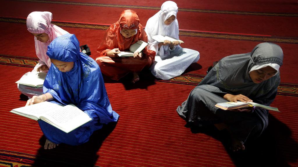 Hukum Memegang Mushaf Al-Qur'an oleh Anak-anak