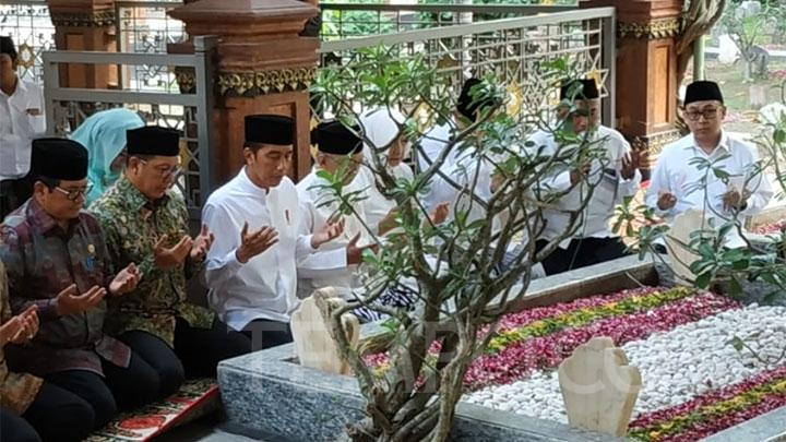President pays visit to grave of Gus Dur