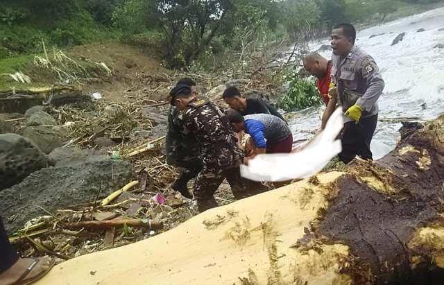 Banser members help evacuate tsunami victims