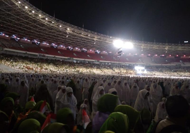 120.000 Muslimat NU Pilih Bertahan Shalat Malam di Tengah Guyuran Hujan