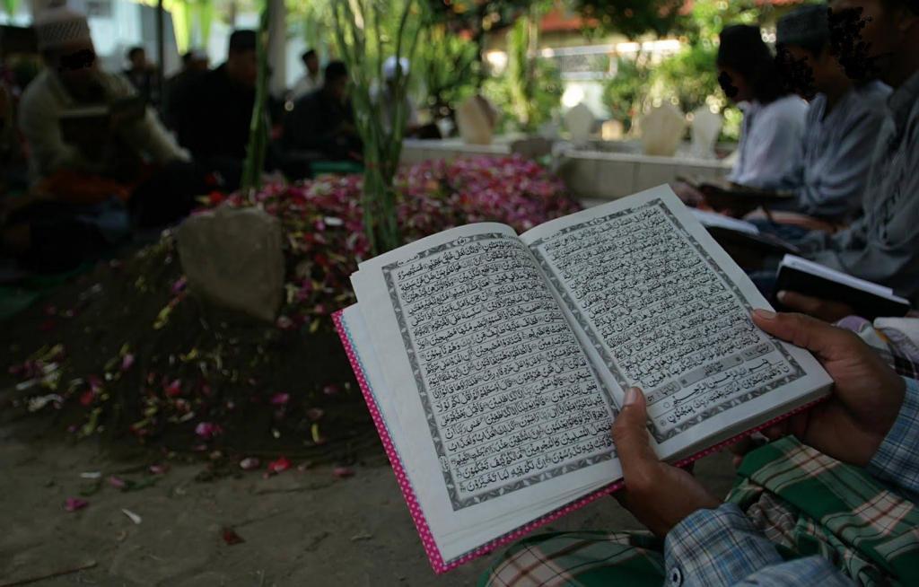 Hukum Menguburkan Jenazah Suami dan Istri di Satu Makam
