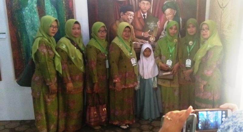 Menunggu Jokowi, Emak-emak Pilih Foto di Galeri Lukisan