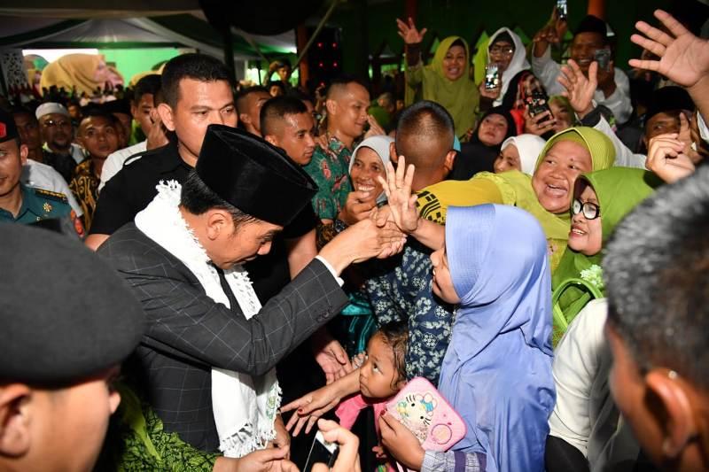 Jokowi Kenakan Sorban Putih di Munas-Konbes NU