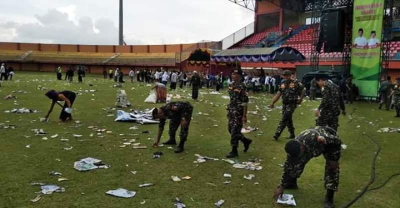 Gunakan Tangan, Banser Bersihkan Sampah Stadion Pamelingan Pamekasan