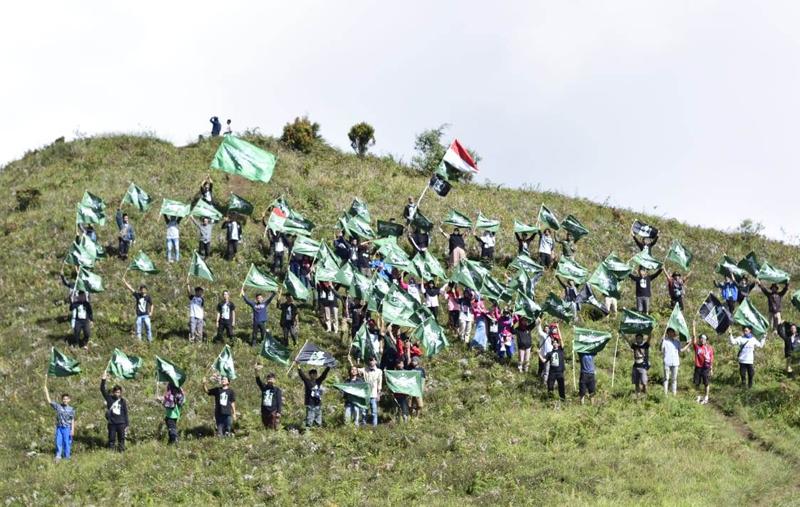 Peringati Harlah NU, NU Backpacker Batang Kibarkan Bendera NU di Puncak Gunung Prau