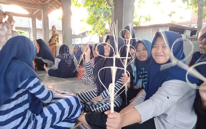 Ngabuburit, Santri  Belajar Bikin Wayang dari Rotan