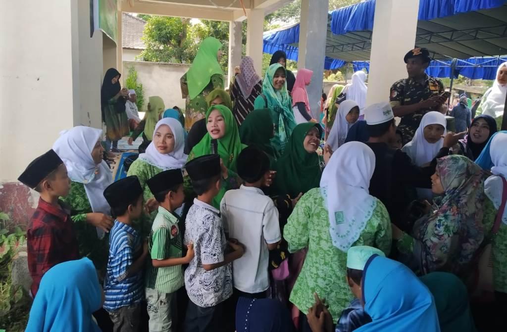 Muslimat-Fatayat NU Lombok Tengah Berbagi di Bulan Suci