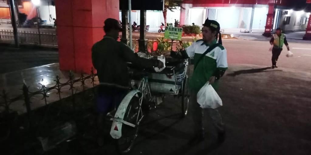 Ansor Sukoharjo Blusukan Berbagi Ratusan Menu Sahur