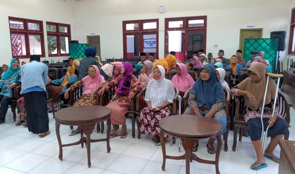 Pelajar NU Jombang Berbuka Puasa dengan Para Lansia