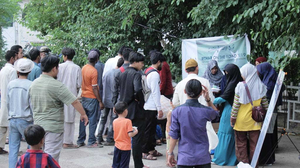 Berbagi Ribuan Paket Buka untuk Masyarakat Pakistan