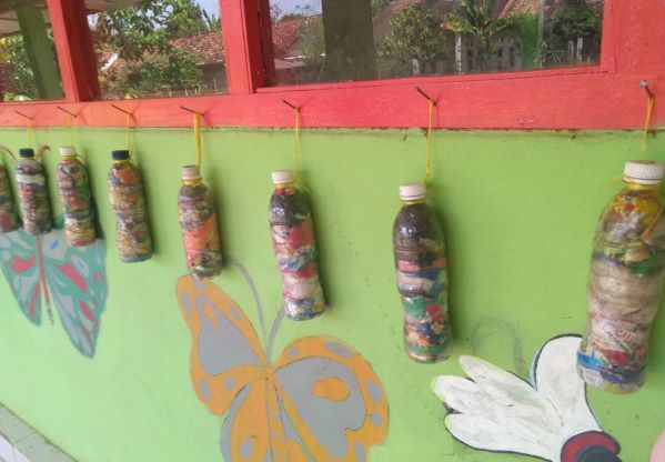 MI Mathla'ul Anwar Kebumen Tanggamus Kembangkan Ecobrick