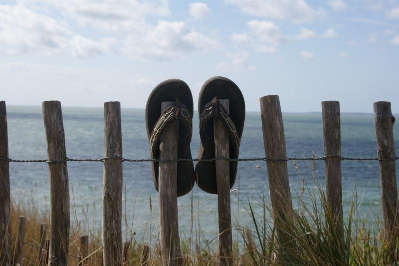 Memakai Sandal Tamu