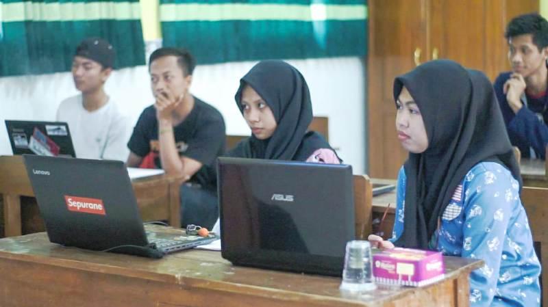 Mahasiswa Unwaha Jombang Adakan Pelatihan Komputer bagi Warga