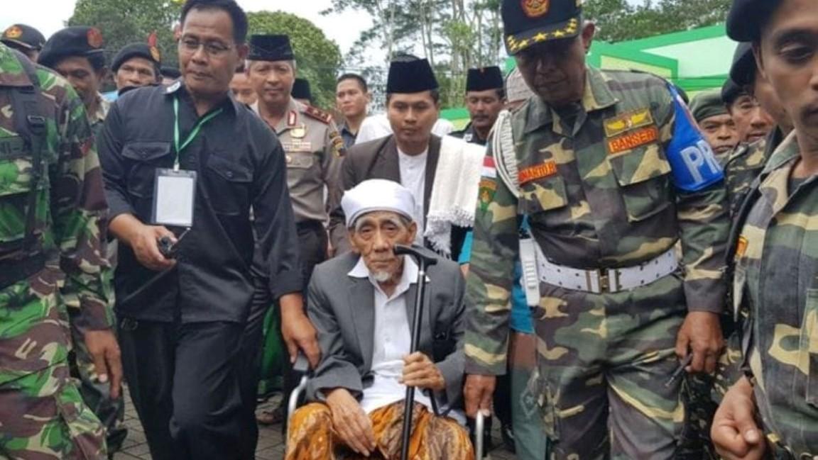 KH Maimoen Zubair (Mbah Moen) bersama GP Ansor.