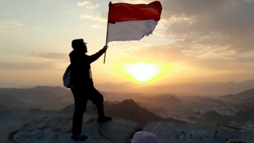 Peringati HUT Ke-74 RI, Santri ini Kibarkan Sang Merah Putih di Jabal Nur Makkah