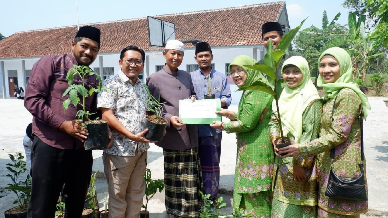 Muslimat NU Beri Dana Stimulan untuk Program Kebun Sehat di Pesantren