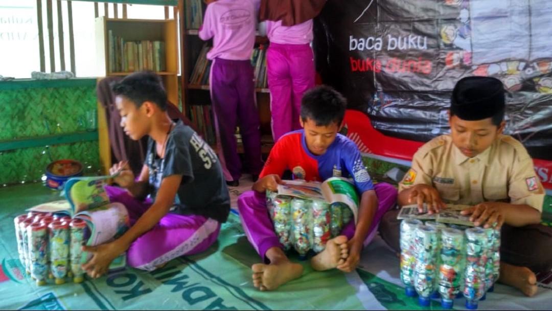 Mahasiswa Unusia Kenalkan Pengelolaan Ekobrik di Desa Wisata Ligarmukti Bogor