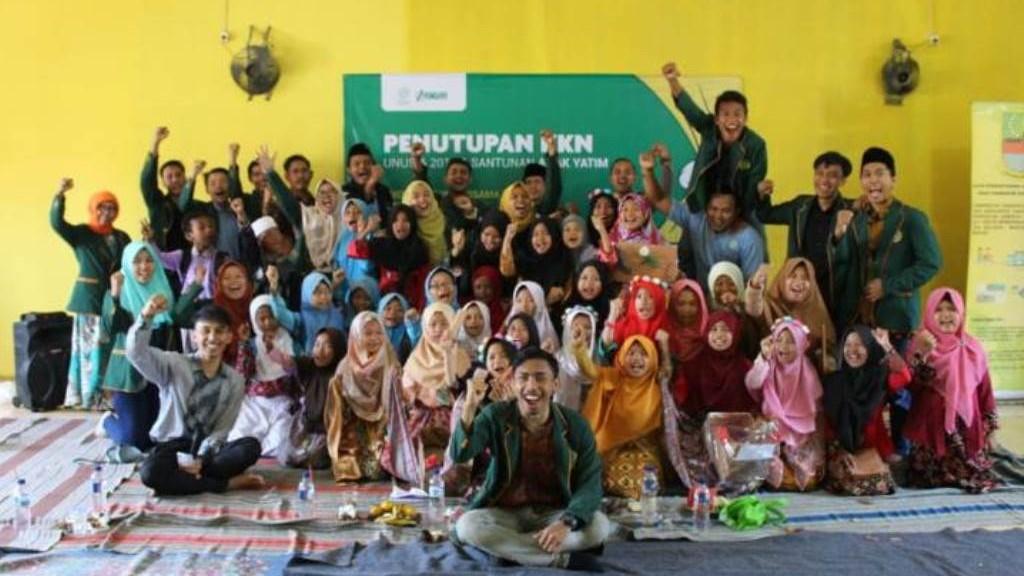 Akhiri Masa KKN di Srimahi Bekasi, Mahasiswa Unusia Adakan Santunan