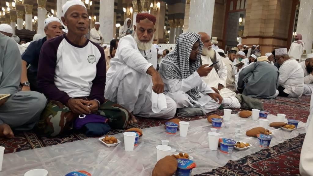 Menikmati Laban dan Roti Tamis dalam Tradisi Fatrah di Masjid Nabawi
