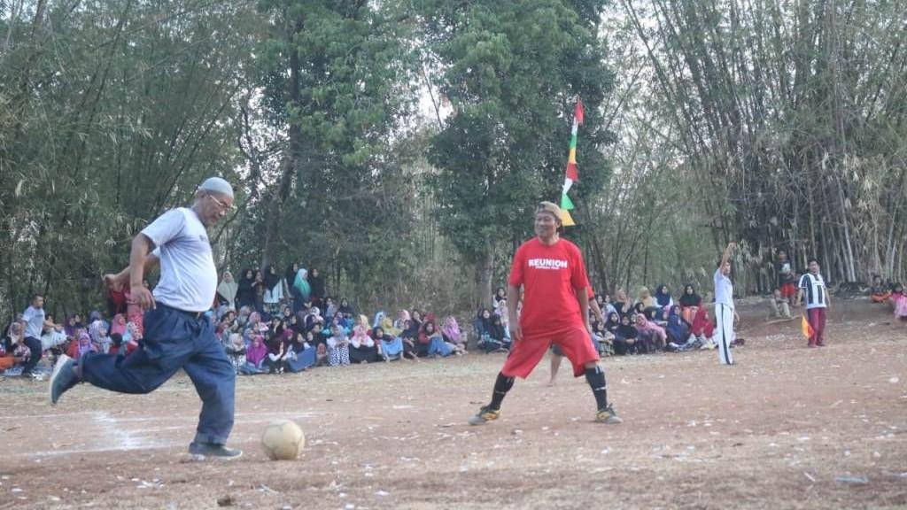 Ketika Bola Menyatukan Kiai, Santri, dan Masyarakat Umum