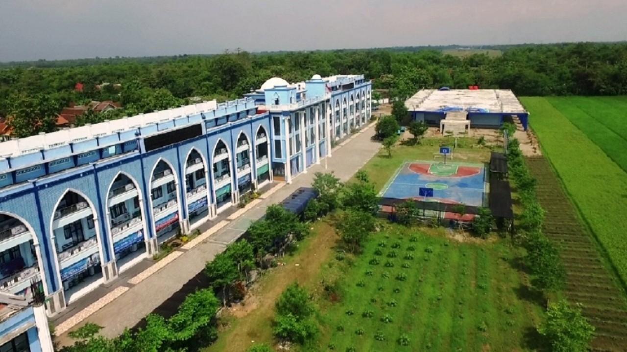 BJ Habibie dan Sekolah Unggulan di Pesantren Darul Ulum Jombang