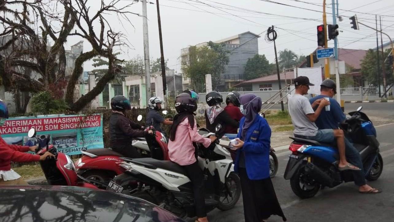 Giliran PMII Kota Singkawang Bagikan Maskerbagi Pengguna Jalan