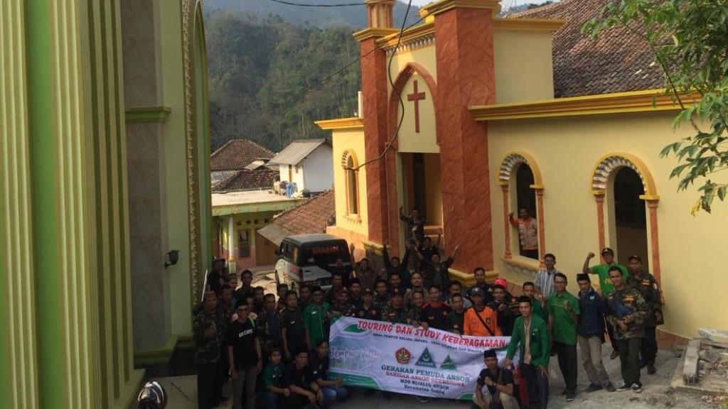 Mengunjungi Masjid Dan Gereja Yang Berhadapan Di Desa Tempur Jepara