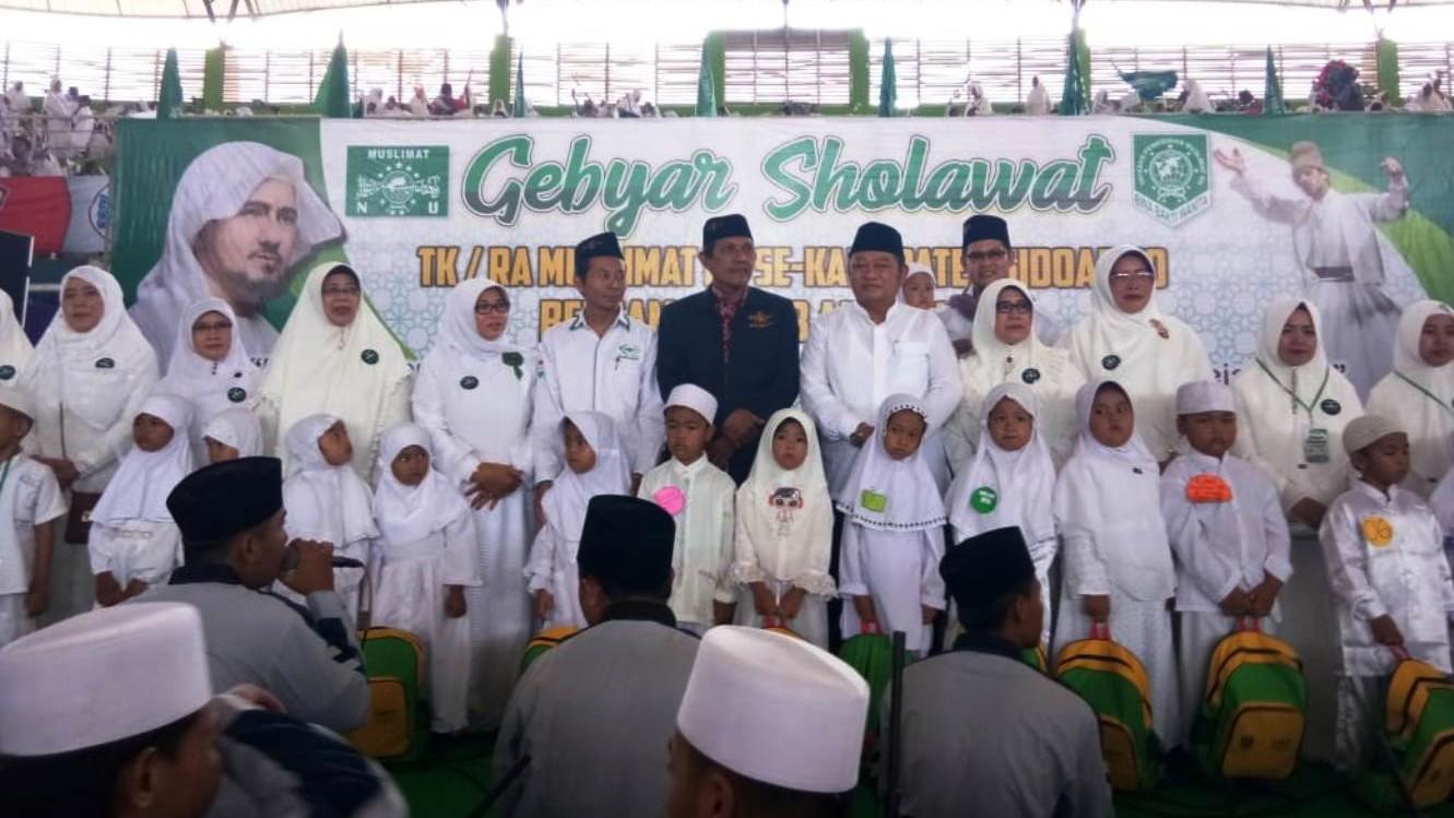 Gebyar Shalawat Muslimat NU Sidoarjo Bagikan Ribuan Bingkisan