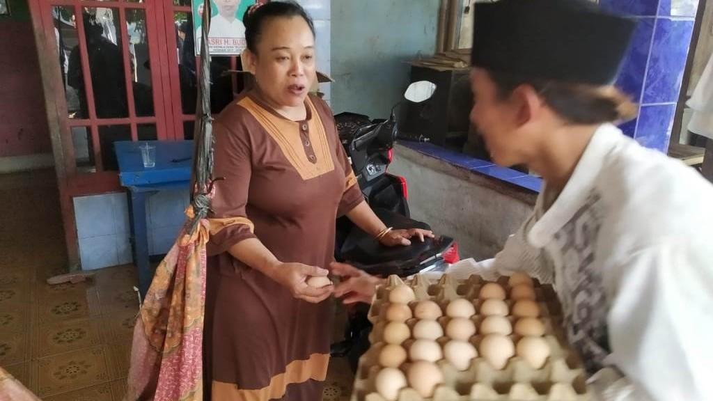 Santri Rawalini Tangerang Berbagi Telur untuk Warga