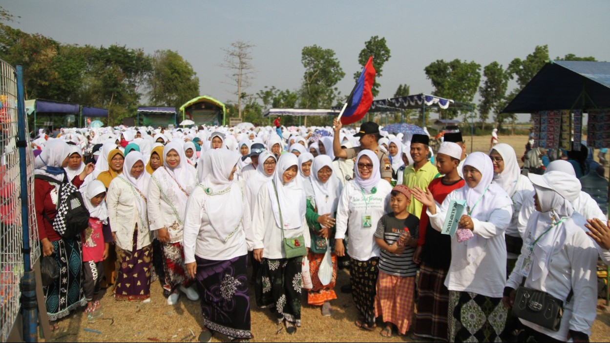 Ribuan Santri dan masyarakat Songgom, Brebes Jalan Sehat Bersarung