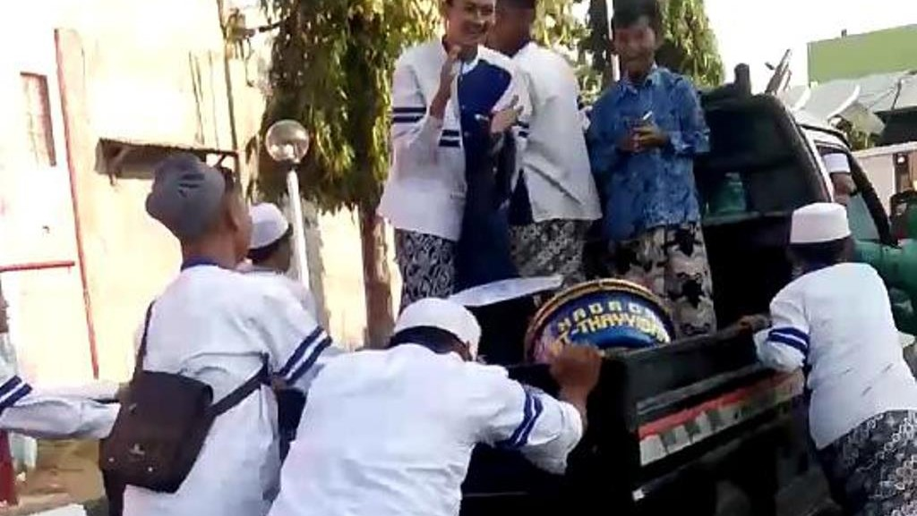 Santri Cirebon Dorong Mobil untuk Ikut Lomba Hadrah Festival Tajug