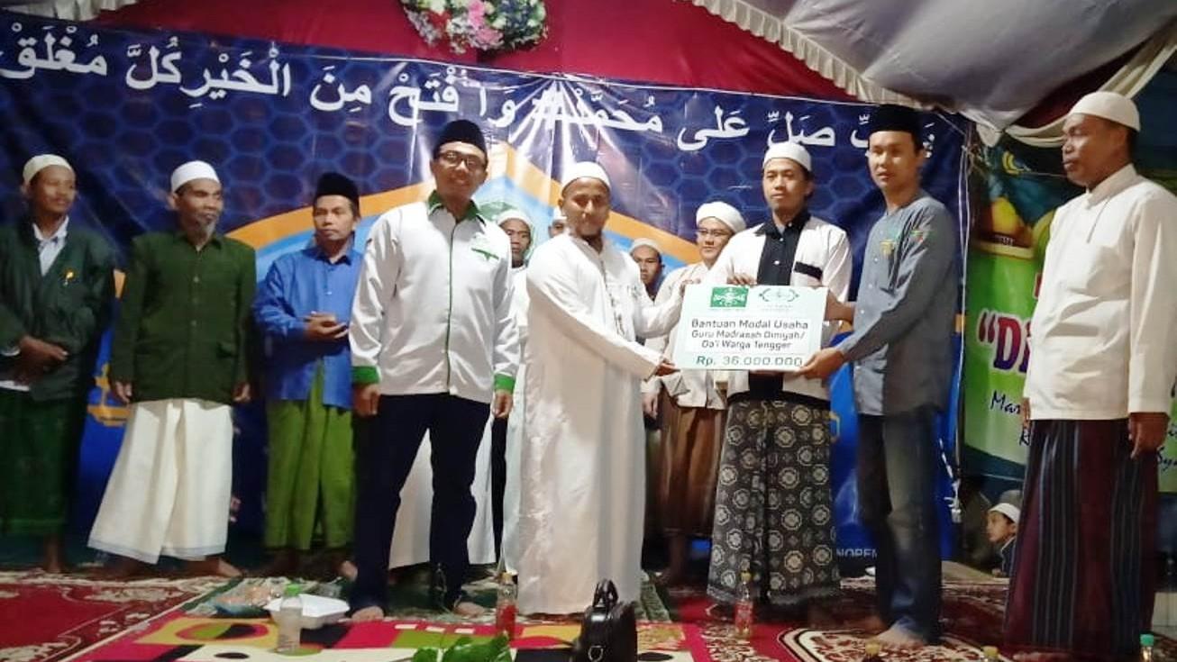 LAZISNU Jatim Serahkan Bantuan Modal untuk Dai Warga Tengger