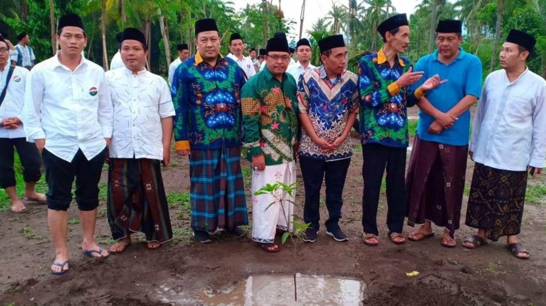 Agar Tetap Hijau, Panitia PKPNU Tanam Sawo di Pesantren Nurul Qarnain